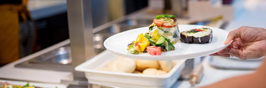 Almoço saudável fora de casa: como fazer do buffet por quilo um aliado da sua alimentação?