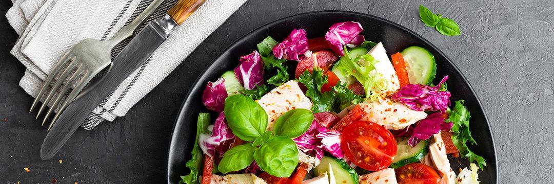 Comer só salada e carne emagrece?